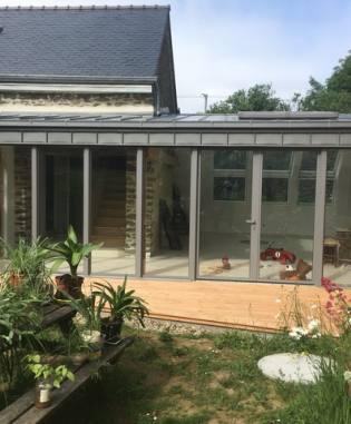 Grande baie mixte bois-aluminium de 6m de largeur, extension reliant deux longères