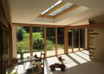Vue intérieure : plafond fermacell, verrière mixte bois-alu en toiture