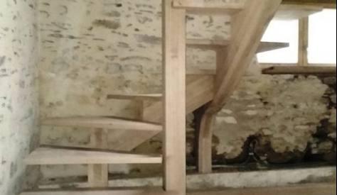 Escalier à limon central en chêne massif dans un ancien moulin